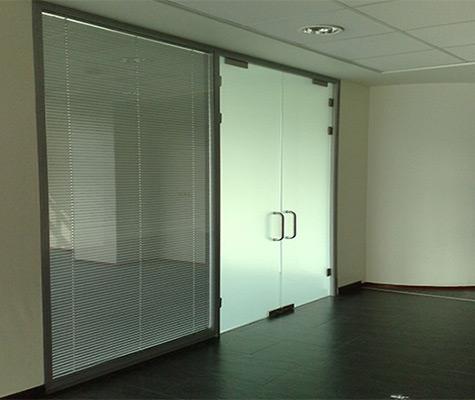 офисные стеклянные двери