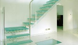 Г-образная лестница со стеклянным ограждением