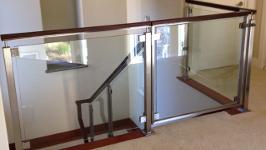 Ограждение из нержавеющей стали со стеклом на зажимных держателях и квадратных стойках