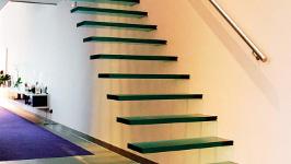 Стеклянная лестница прямая на больцах с креплением к стене