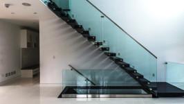 Стеклянная лестница маршевая на тетиве