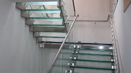 Лестница на металлическом каркасе со стеклом