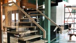 Лестница на металлокаркасе со стеклянными перилами