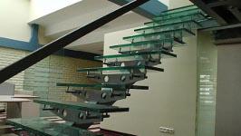 Стеклянная лестница прямая на монокосоуре