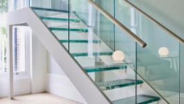 Стеклянная лестница прямая на тетиве