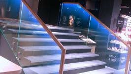 Лестница с подсветкой в поручне