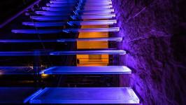 Лестница со стеклянным ограждением и подсветкой