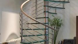 Стеклянная лестница винтовая больцевая