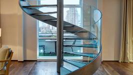 Стеклянная лестница винтовая на тетиве